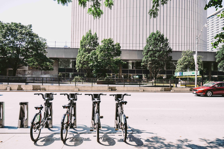 Trottoirs congestionnés et financements obsolètes : la ville face aux nouvelles mobilités
